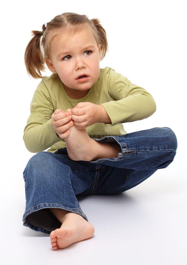 La niña lastimó su punta del pie fotografía de archivo libre de regalías