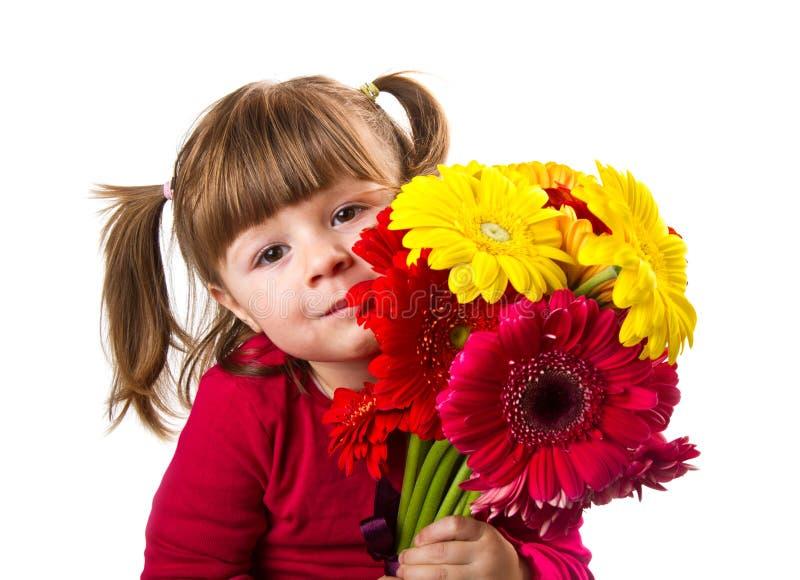 La niña linda con el gerbera florece el ramo fotografía de archivo libre de regalías