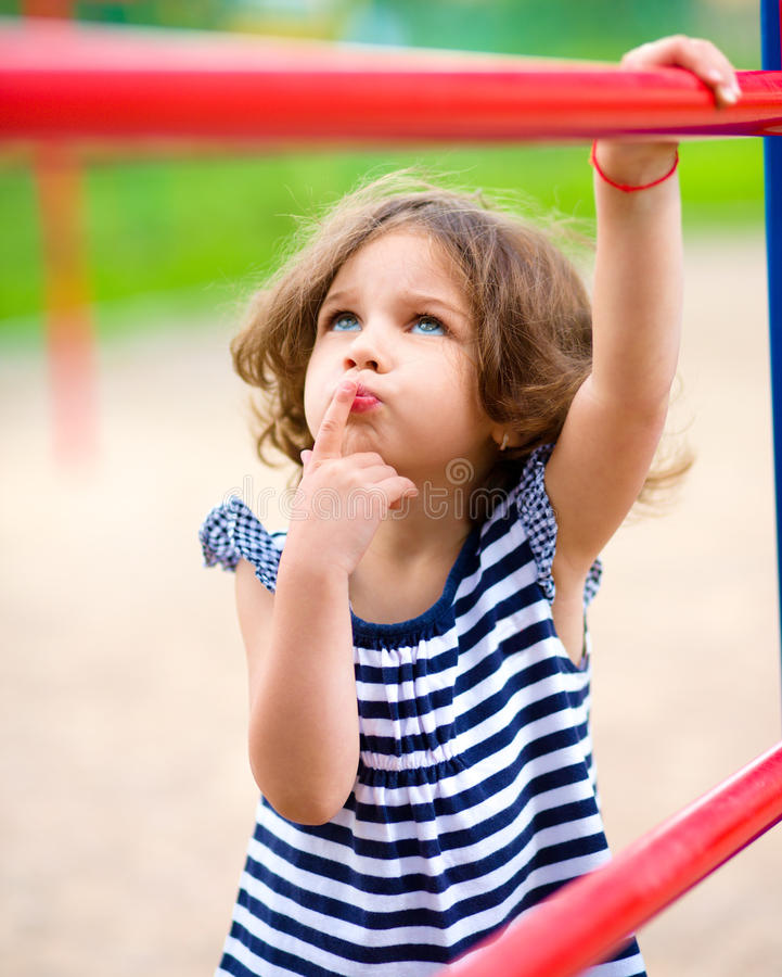La niña linda está jugando en patio imagen de archivo libre de regalías