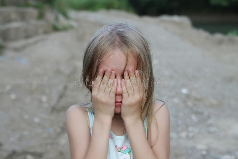 la niña linda está llorando imagenes de archivo