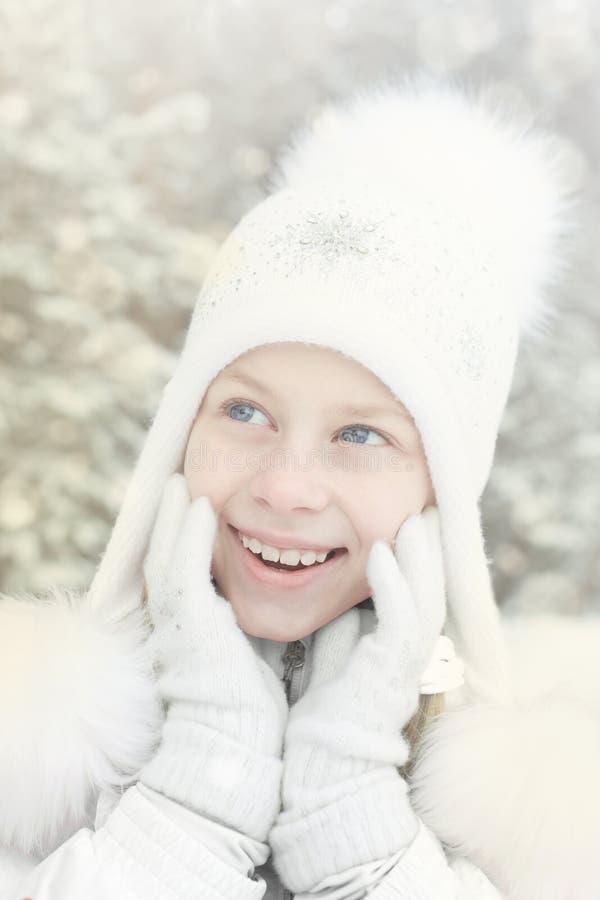 La niña linda feliz sorprendió la primera nieve del invierno imagen de archivo libre de regalías