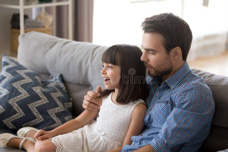 La ni?a linda se divierte que canta con el pap? en casa fotografía de archivo libre de regalías