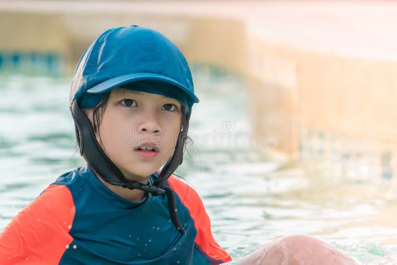 La niña muy cansó en piscina de entrenamiento que nadaba fotos de archivo libres de regalías