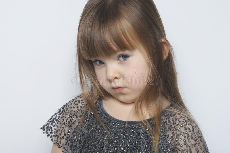 La niña parece incrédula Retrato emocional fotos de archivo