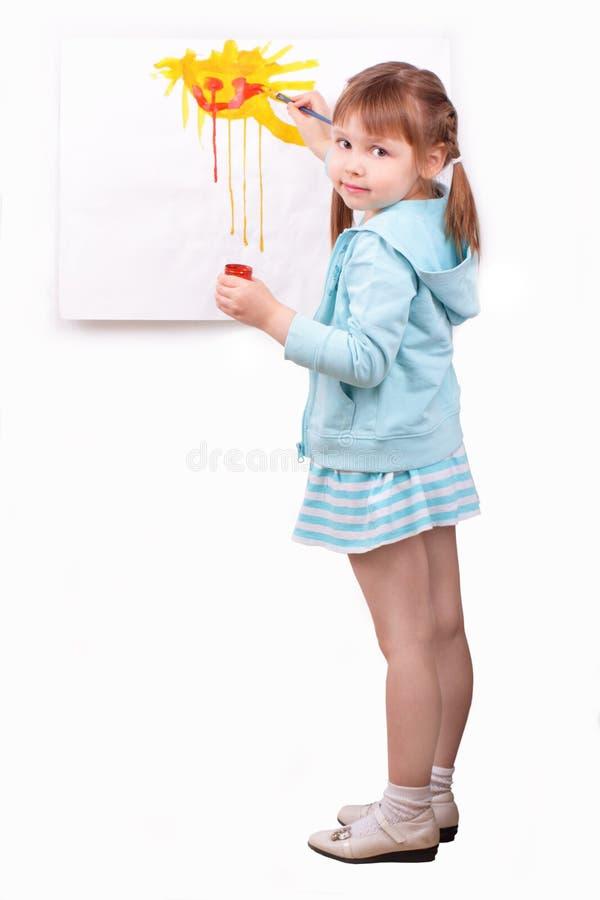 La niña pinta un cuadro imagenes de archivo