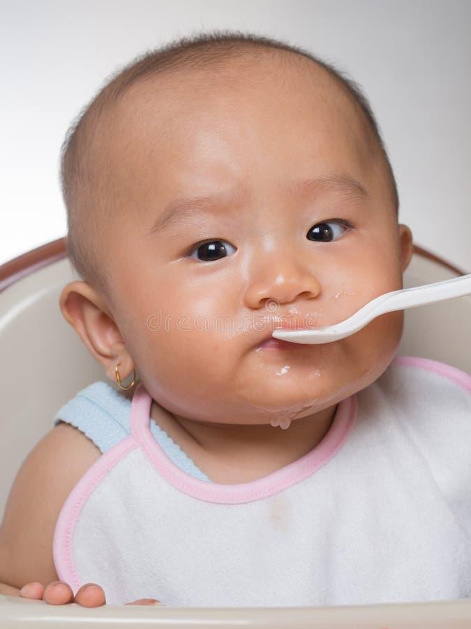 Bebé que comienza en los sólidos 1 fotografía de archivo