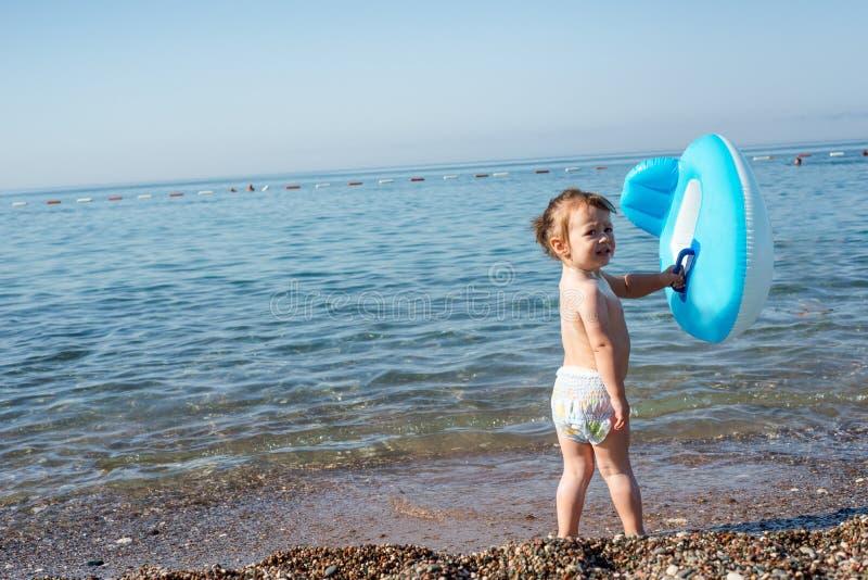 La niña quiere nadar, y ella espera a la mamá fotografía de archivo libre de regalías