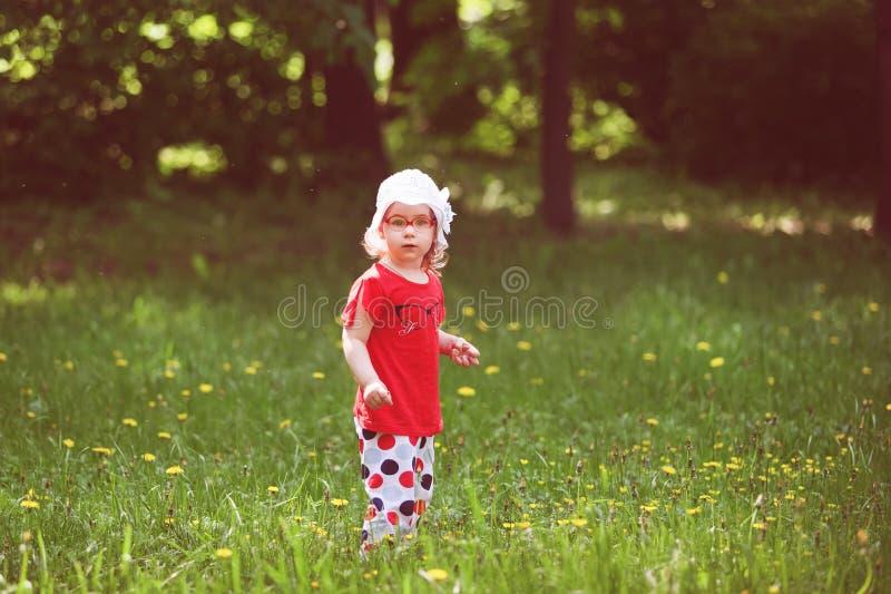 La niña recorre en el bosque imagenes de archivo