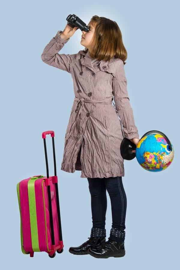 La niña se está preparando para viajar fotos de archivo