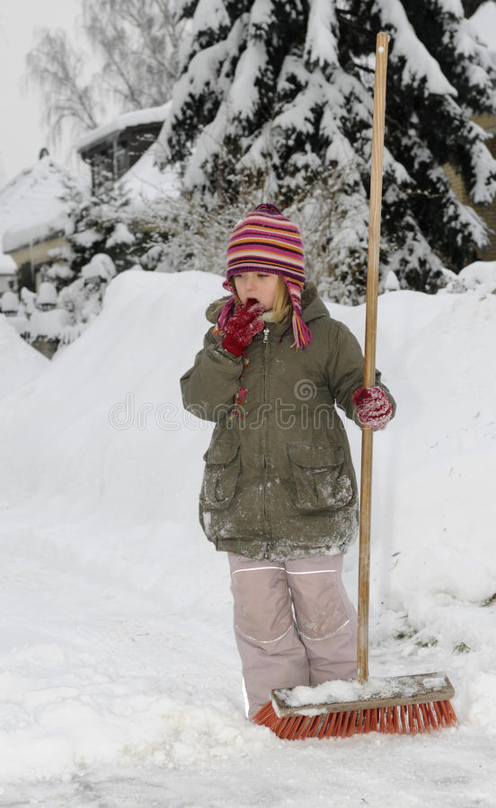 La niña sopla nieve foto de archivo