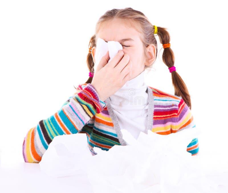La niña sopla su nariz imagenes de archivo