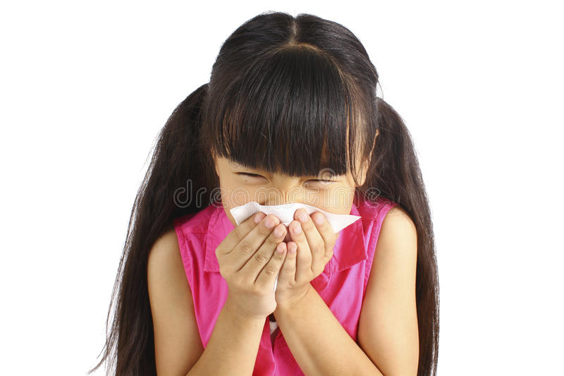 La niña sopla su nariz foto de archivo libre de regalías