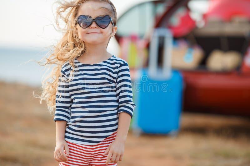 La niña va en un viaje imagenes de archivo