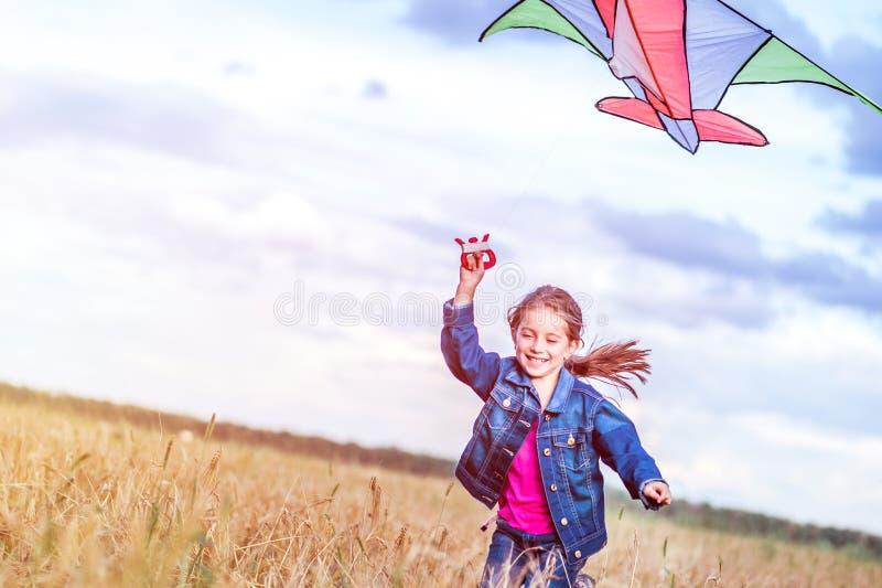 La niña vuela una cometa fotografía de archivo libre de regalías