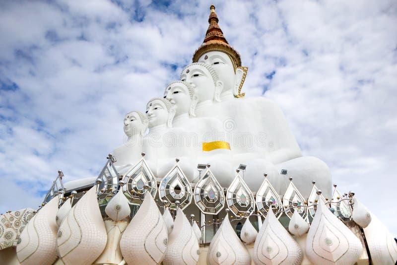La niebla Clound en Pha ocultó el templo Buda de Kaew del budismo en el backgorund del cielo azul y del clound, Khao Kho, provinc foto de archivo libre de regalías