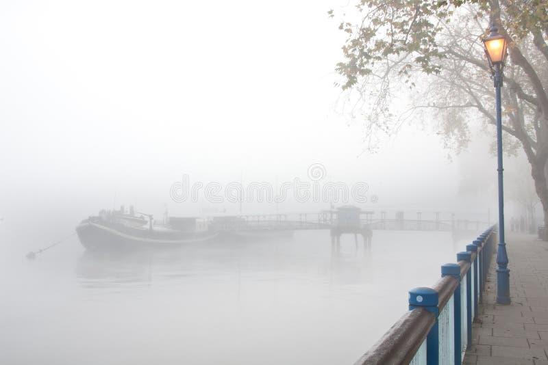 La niebla cubrió el embarcadero imagen de archivo