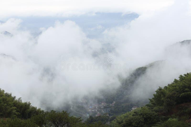 La niebla de la lluvia del otoño por la tarde imágenes de archivo libres de regalías
