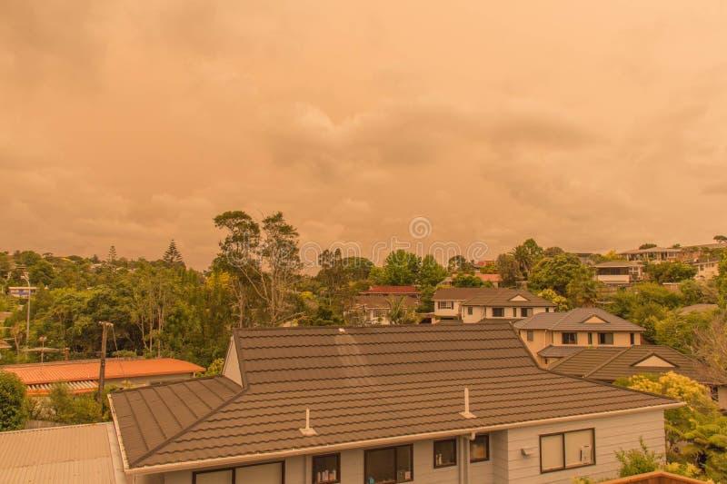 La niebla de los incendios forestales de Australia cuelga sobre la costa norte en Auckland, Nueva Zelanda imagenes de archivo