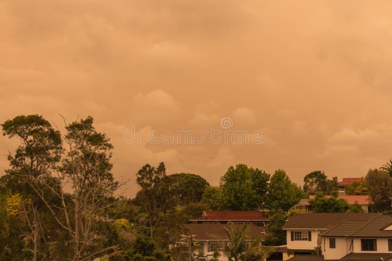 La niebla de los incendios forestales de Australia cuelga sobre la costa norte en Auckland, Nueva Zelanda fotos de archivo