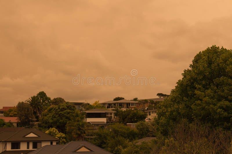 La niebla de los incendios forestales de Australia cuelga sobre la costa norte en Auckland, Nueva Zelanda imagen de archivo libre de regalías