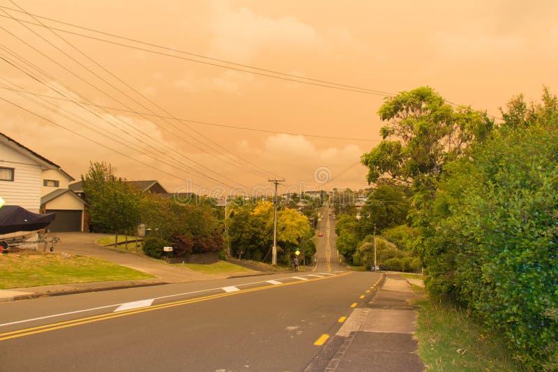 La niebla de los incendios forestales de Australia cuelga sobre la costa norte en Auckland, Nueva Zelanda foto de archivo libre de regalías