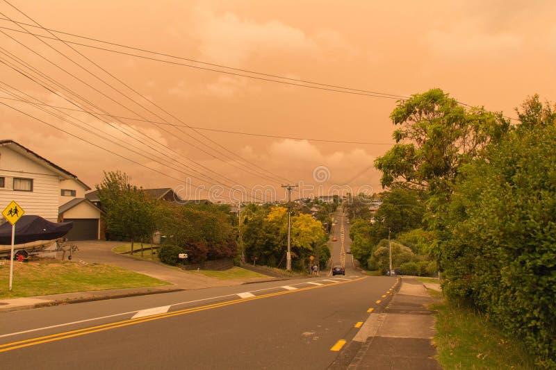 La niebla de los incendios forestales de Australia cuelga sobre la costa norte en Auckland, Nueva Zelanda fotografía de archivo