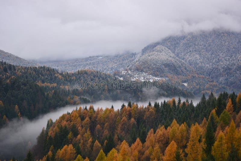 La niebla en el valle del río divide el otoño a partir del invierno imagenes de archivo