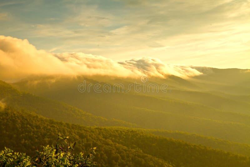 La niebla rueda encima las montañas Blue Ridge imagen de archivo