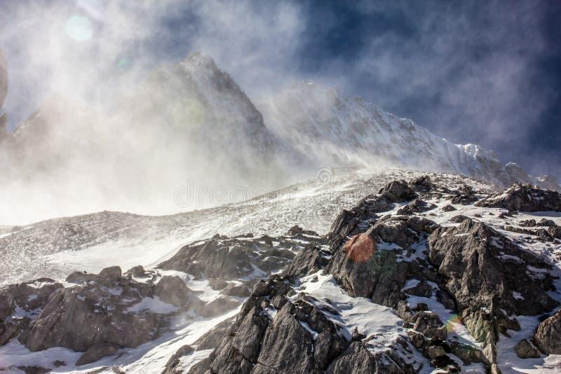 La nieve barrió el pico imagenes de archivo