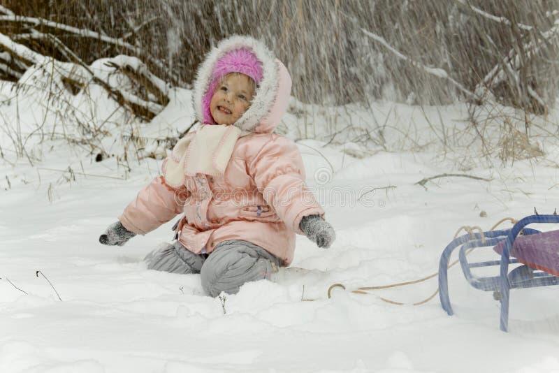 La nieve cae en la muchacha fotos de archivo libres de regalías