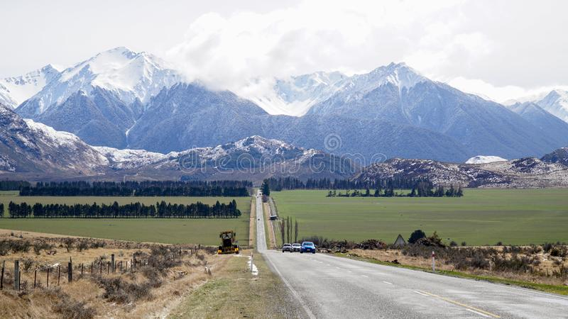La nieve capsuló las montañas al lado de la carretera en el parque nacional del paso de Arthur's, Nueva Zelanda fotos de archivo