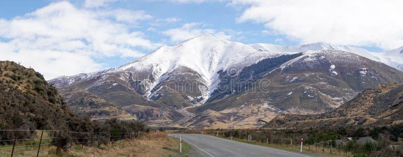 """La nieve capsuló las montañas al lado de la carretera en el parque nacional del paso de los ¢s del """"del ¬â del 'de Arthurââ, Nue foto de archivo"""