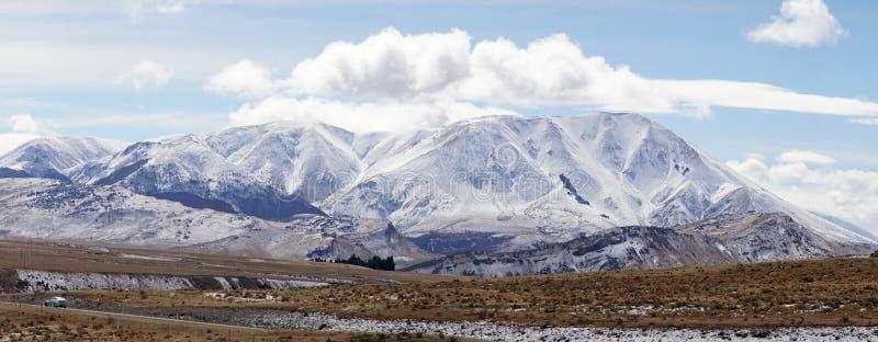"""La nieve capsuló las montañas al lado de la carretera en el parque nacional del paso de los ¢s del """"del ¬â del 'de Arthurââ, Nue imagenes de archivo"""