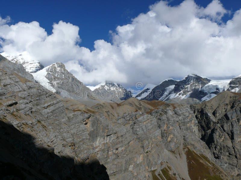 La nieve capsuló las montañas - de Thorong Phedi, Nepal fotos de archivo