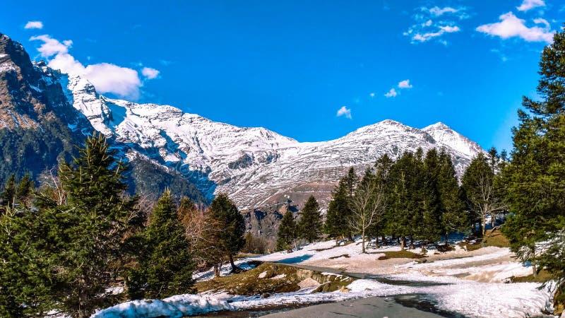 La nieve capsuló las montañas en Himachal Pradesh fotos de archivo