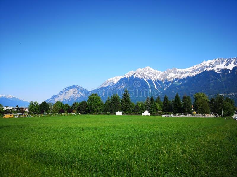 La nieve capsuló las montañas en Innsbruck, Austria imagen de archivo libre de regalías