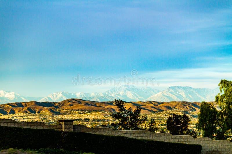 La nieve capsuló las montañas sobre las colinas de Anaheim California fotos de archivo libres de regalías