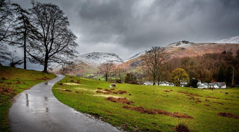 La nieve capsuló picos en el distrito del lago, Cumbria, Reino Unido imagenes de archivo