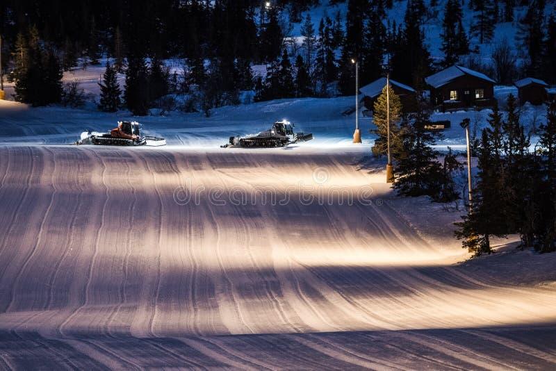 La nieve de la limpieza del tractor en el esquí se inclina en las montañas fotografía de archivo libre de regalías