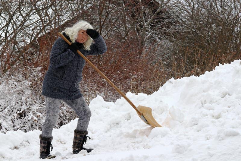 La nieve del claro es muy agotadora para una mujer fotos de archivo libres de regalías
