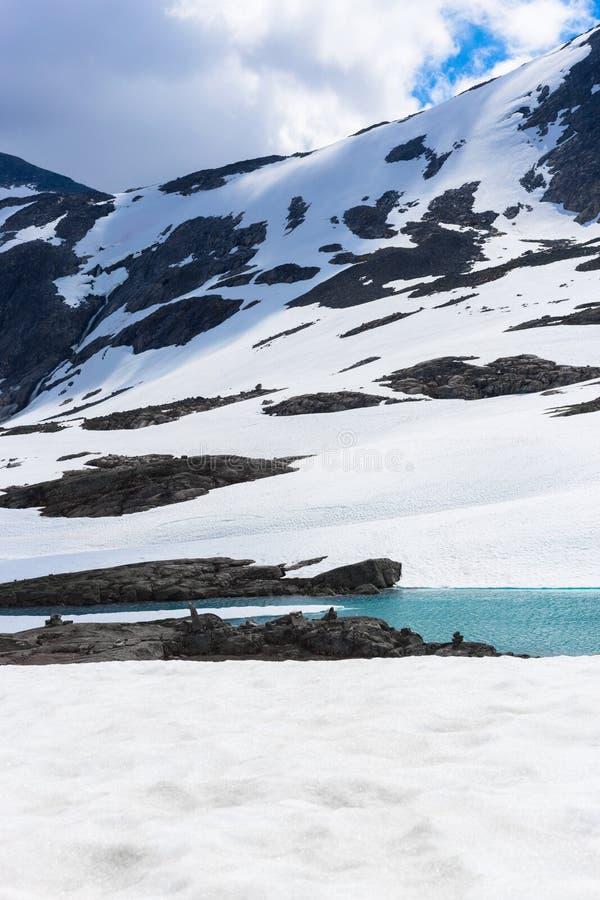 La nieve, el hielo, el agua del glaciar y la montaña rematan en Noruega imagen de archivo