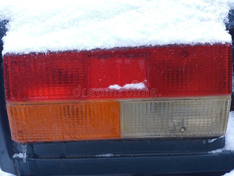 La nieve, hielo, helada, amarillo, rojo, coche, moderno, diseño, linterna, llevó, fondo, blanco, estilo, luz, brillante, posterio fotografía de archivo