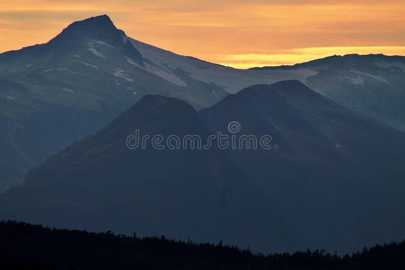 La nieve remató las montañas con puesta del sol en Alaska foto de archivo libre de regalías