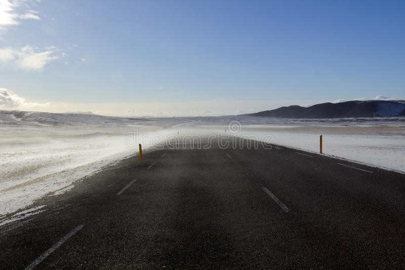 La nieve y el viento barrieron el camino, de Laugarvatn a Pingvellir, Islandia. imagenes de archivo
