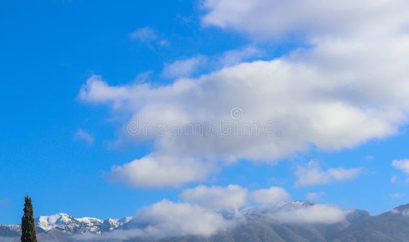 La nieve y la niebla remataron las montañas en la cordillera de Taygetos en la península de Peloponeso de Grecia meridional cerca foto de archivo