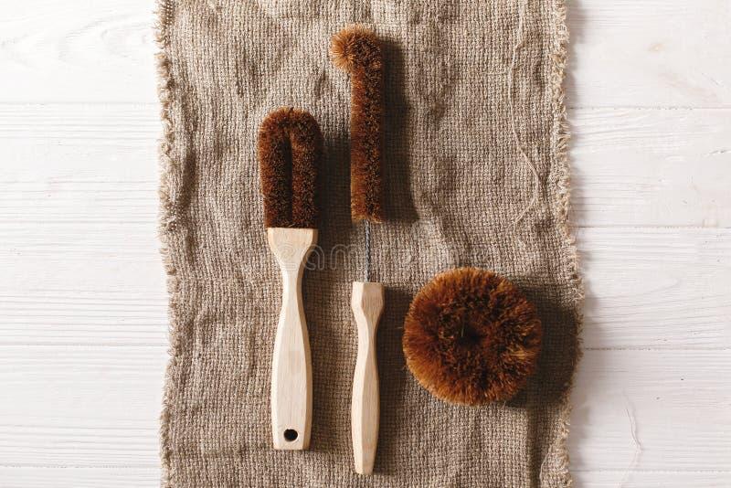 La noce di cocco naturale di Eco spazzola il piano mette sul fondo rustico sust fotografia stock