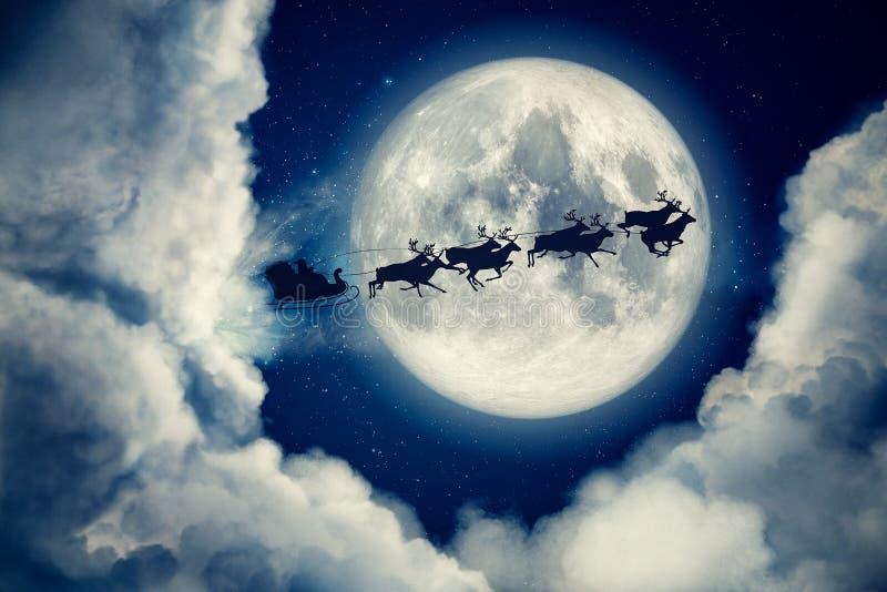 La noche azul de la víspera de Navidad con la luna y las nubes con el juego y el reno de Santa Claus siluetean el vuelo para trae ilustración del vector