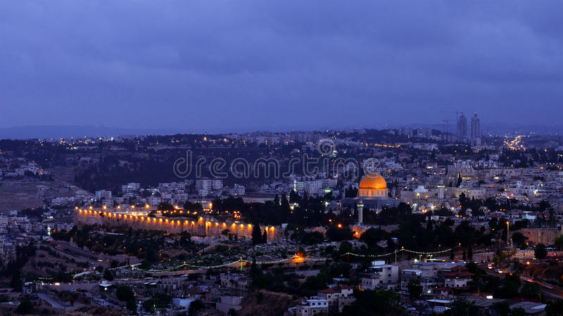 La noche baja sobre la ciudad de Jerusalén fotos de archivo