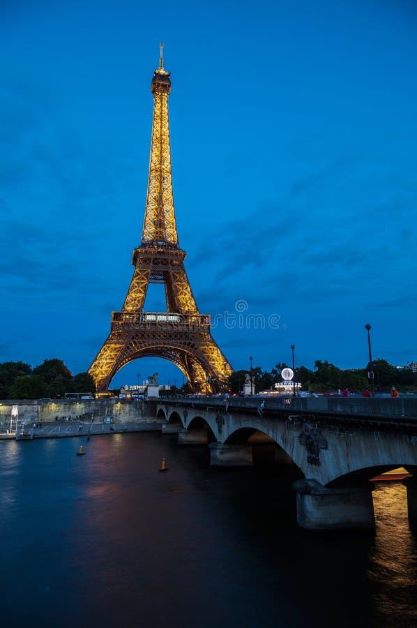 La noche de París de la torre Eiffel fotografía de archivo libre de regalías
