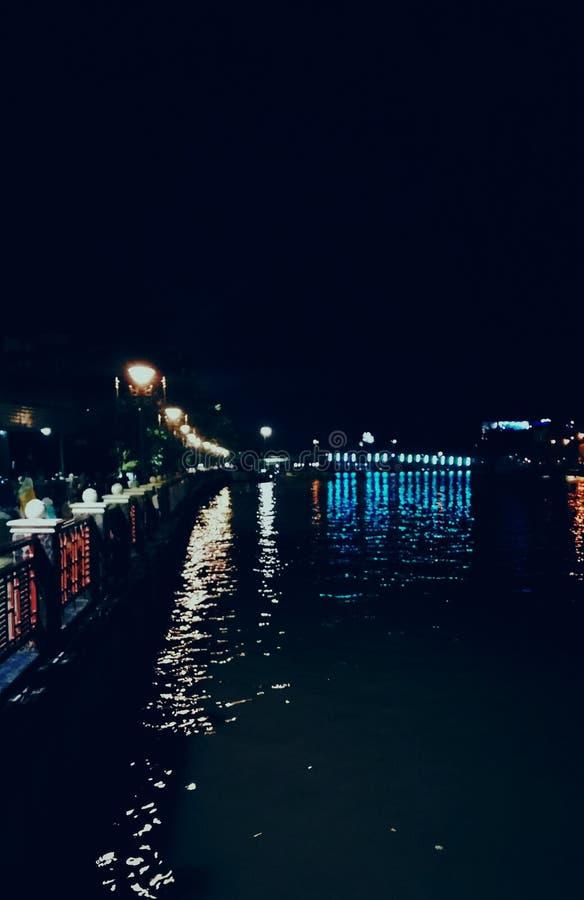 La noche el río y la luz fotos de archivo